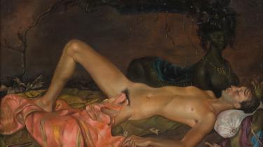 Når den kvindelige krop har lagt model til det mandlige begærsblik igennem hele kunsthistorien, er det frigørende at se en nøgen mandeskikkelse i samme position. Vores anmelder vidste slet ikke, at det fandtes og er taknemmelig for at Louisiana viser det.  Leonor Fini: 'Jordgudinde våger over en ung mands søvn', 1946. Olie på lærred, Weinstein Gallery, San Francisco og Francis Naumann Gallery, New York