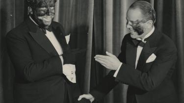 Ib Schønberg iført blackface-makeup, sod fra en kakkelovn, forsøger sig med en parodi på Louis Armstrong i den ubehjælpelige danske komedie 'København – Kalundborg og – ?' fra 1934.