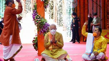 Indiens premierminister, Narendra Modi har med sin hindunationale og antimuslimske agenda sat sig tungt på magten, og da han onsdag var æresgæst ved en spirituel ceremoni i Ayodhya, da den første sten i byggeriet af et nyt hindutempel blev lagt, var der for ham tale om en politisk og religiøs milepæl.