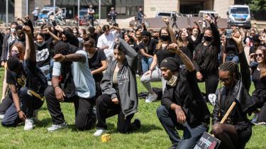 »Var det så enkelt, at BLM kun havde det mål, at sorte skal behandles som ligeværdige medmennesker, ville bevægelsens kamp være uproblematisk – og præcis så ufarlig, som progressive ønsker sig, den skal være. Men i både USA og Sverige diskuterer nogle sorte aktivister nu i fuld alvor, om sorte bør date hvide og stifte familie med dem,« skriver klummeskribent Åsa Linderborg i dette debatindlæg.