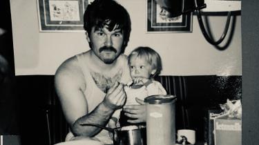 Han elskede friheden ved at sejle, men Ole Michael Jensen kunne ikke gøre noget halvt.  Så da han blev far, gik han i land. Historierne fra havet fortalte han dog igen og igen
