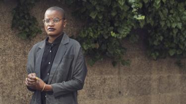 Adelina Kiame, der går under kunstnernavnetAaiún Nin, skriver blandt andet om homoseksualitet, racisme og diskrimination mod minoriteter, men også kritisk om det angolanske politiske system og om landets stærkt konservative syn på kvinder.