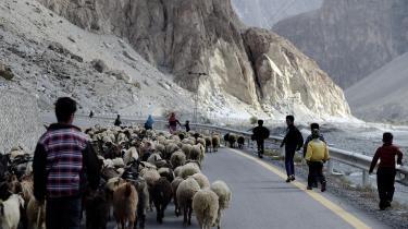 Grænselandet mellem Pakistan og Kina består af en af verdens højeste bjergkæder, så projektet med at transportere olie hele vejen fra Gwadar i Pakistan, og op over det 4.700 meter høje bjergpas og ind i Kina bliver både dyrt og vanskeligt.
