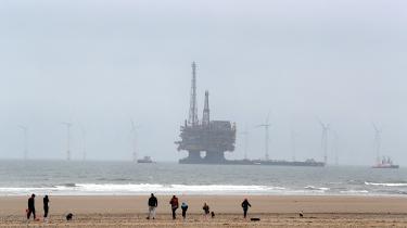 Oprydningen efter olieboreplatformene i Nordsøen er en kæmpe opgave, der ofte har skabt konflikt mellem grønne organisationer og virksomheder som Shell. Her er det Shells Brent Delta Topside, der bliver bugseret bort af trækbåde langs den britiske kyst, fordi platformen er taget ud af drift.