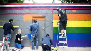 I disse dage er Pride-uge i København, og det er oplagt at sammenligne den tidligere så udbredte homofobi og sygeliggørelse af homoseksualitet med den holdning, der er til tykke mennesker, skriver Dina Amlund i denne kommentar: 'Der spekuleres i årsagerne til, hvorfor tykke mennesker er tykke. Er det arv eller miljø? Er det en hård barndom? Den dominerende moder fik ofte skylden for homoseksualitet – mon ikke også hun kan få skylden for tykhed?'