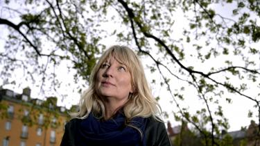 Som danske Erling Jepsen skriver Karin Smirnoff en moderne form for hjemstavnslitteratur, og romanens humor og sorte realisme er i høj grad et bekendtskab værd. Især minder den mig om det bedste fra 1970'ernes og 80'ernes sociale realisme, som Alice Walkers The Color Purple, skriver anmelder Marie Louise Kjølbye.