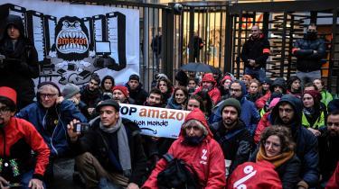 Foruden at Amazon bliver anklaget for at behandle medarbejderne dårligt ogfor at puste til overforbrug efterlader selskabet en hastigt eskalerende butiksdød i de lande, selskabet går ind i. Derfor er der også bred modstand mod Amazon, som her i Paris, hvor aktivister under Black Friday sidste år var samlet foran Amazons hovedkvarter i byen med ordene: Stop Amazon and its world.
