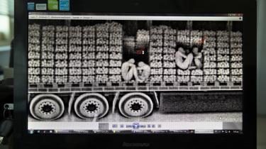 På sikkerhedskontoret i havnebyen Patras i Grækenland afslører man med en scanner flygtninge, der skjuler sig i hemmelige rum i lastbiler. Her i en appelsintransport.