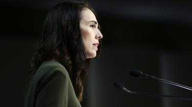 Newzealænderne bakker i stor stil op om premierminister Jacinda Arderns tilgang til COVID-19-pandemien. I april viste en meningsmåling, at næsten 90 procent støttede den.