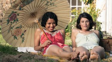 'Summerland' har meget hyggeligt kørende for sig i Laurie Roses smukke billeder og Gemma Artertons (til højre) udtryksfulde ansigt, indtil den begynder at kræve en høj tolerancetærskel for fortællinger, som ublu går efter det mere følelsesladede gear.