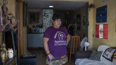 46-årige Rocío Echeverría bor lidt nord for Barcelona med sin mand og datter. Hun er fra Peru og arbejder illegalt som hushjælp for spanske familier. Under coronanedlukningen har familien levet af opsparing, men den slap hurtigt op.