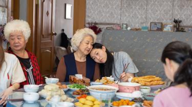 'The Farewell' giver indblik i kinesiske traditioner, skikke og temperamenter. Set gennem både ældre, traditionsbundne kineseres og unge kinesiske emigranters øjne.