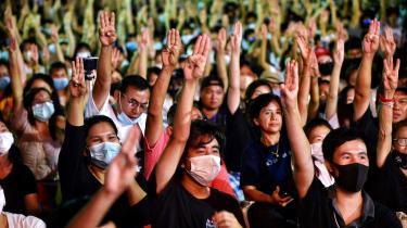 Trefingertegnet som thailandske demonstranter bruger stammer fra bog- og filmserien 'The Hunger Games'.