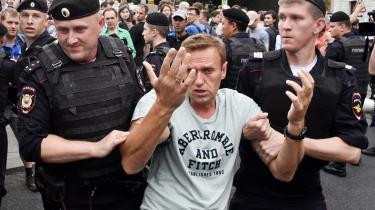 Det er ikke første gang, at den kendte Putin-kritiker Aleksej Navalnij skulle være blevet forgiftet. Senest har Navalnij begejstret på sin youtubekanal talt om, hvor effektive strejkerne på de store maskinproduktionsvirksomheder i Hviderusland har vist sig at være som middel til at lægge pres regimet. »Dette kan blive Rusland i morgen,« lyder overskriften på hans videokommentar. Her bliver Navalnij anholdt under en demonstration sidste år.