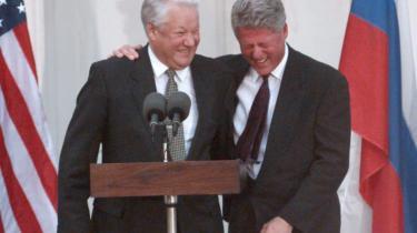 Russernes præsident i størstedelen af 1990'erne, Boris Jeltsin, var kendt for sit gode forhold til USA's præsident Bill Clinton. Men Jeltsins (og i øvrigt også hans forgænger Mikhail Gorbatjovs) omfavnelse af mere liberalistiske markedskræfter førte til en svagere stat og en ustabilitet, der førte til hans afgang i 1999. Den fejl vil Vladimir Putin ikke gentage, vurderer ekspert.