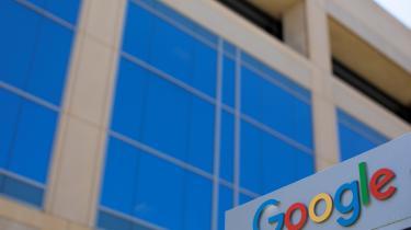 Det må være muligt for Google, hvis forretningsmodel bygger på systematisk overvågning af sine brugere, at fjerne film, der krænker ophavsretten – og nårGoogle ikke gør det, må EU tvinge selskabet og demonstrere, hvordan man tager ophavsret meget alvorligt i virkeligheden
