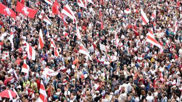 Mere end 200.000 mødte søndag op på Uafhængighedspladsen i Hvideruslands hovedstad, Minsk, for at protestere mod landets diktator igennem 26 år, Aleksandr Lukasjenko. Selv om han havde truet med at slå hårdt ned på eventuelle protester mod ham forløb demonstationen roligt.