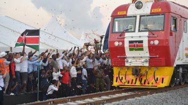 Første del af en kinesisk finansieret jernbaneforbindelse mellem Mombasa og Nairobi blev indviet med pomp og pragt. Men nu har Kina lukket pengekassen i, og jernbanen slutter brat 120 km fra Nairobi.