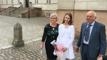 Merete Leisted Busk sammen med sin mand, Gert Busk, og deres barnebarn Nanna Leisted Grønbæk til hendes konfirmation i april 2019 – kort tid efter Merete Leisted Busk var blevet syg.
