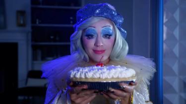 Det cirkus, som Katy Perrys 12 nye numre folder ud, viser sig både som et eksalteret musikshow og et indre kaos.