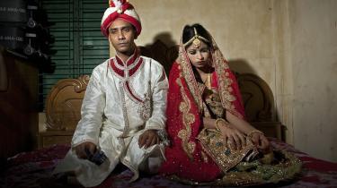En 32-årig mand og hans 15-årige hustru fra Bangladesh får taget bryllupsfoto ved deres bryllup i 2015.