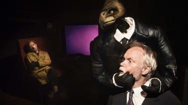 Kristian Halken får lukket munden i rollen som den tøvende statsminister i 'Scavenius' på Bådteatret.