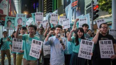 Som 23-årig og den yngste nogensinde blev Nathan Law (i midten) valgt ind i Hongkongs lovgivende forsamling i 2016. Her taler han, kort efter valget, ved en demonstration sammen med en anden kendt demokatriaktivist, Joshua Wong (tv).