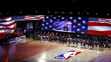 Det amerikanske basketballhold Milwaukee Bucks besluttede kort inden dets egen slutrundekamp at nedlægge arbejdet i protest mod drabet på Jacob Blake. Her knæler Milwaukee Bucks i sympati og respekt for Black Lives Matter forud for en kamp mod Orlando Magic, d. 22. august.