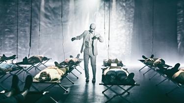 Med hvide briller for øjnene, høretelefoner for ørerne og bind for munden ligger tilskueren på en feltseng, mens skuespilleren Simon Mathew styrer sanseangrebene i Christian Lollikes voldsomme epidemiforestilling på Aarhus Teater.