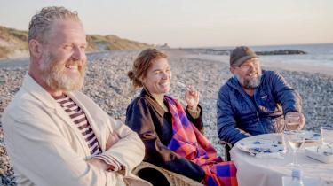 Det ser idyllisk ud på stranden til bords med John Kørner, Maria Torp og Erik A. Frandsen (fra venstre mod højre). Men snart går der divanykker og far-jokes i kunstnerne, som  alligevel, mellem en buffet af sjove oneliners, formår at gøre os klogere på kunsten.