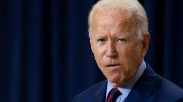 »Det vil således (hvis Biden vinder præsidentvalget, red.) ikke være Joe Bidens personlige præstation, men den globale, politiske, kulturelle og økonomiske situation, som vil kunne gøre den meget gamle mand til den grønne omstillings globale leder.« skriver Rune Lykkeberg i denne leder.