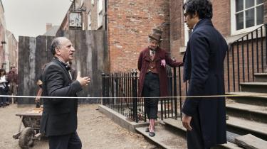 Armando Iannucci (tv.) instruerer Dev Patel (th.) og Peter Capaldi i en London-scene fra 'The Personal History of David Copperfield'.
