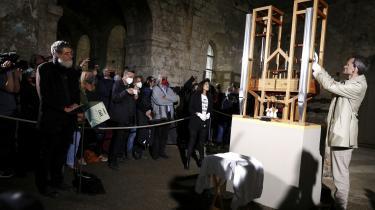Med andægtig mine installerer Neugebauer og tre assistenter med hvide stofhandsker to nye orgelpiber foran et påfaldende hvidt, voksent og velklædt publikum.