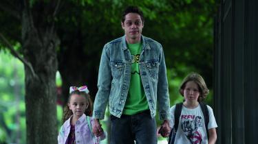 Pete Davidson spiller hovedrollen som den hashrygende megaslackerScott Carlin i Judd Apatows fremragende 'The King of Staten Island', der delvist er baseret på Davidsons eget liv.