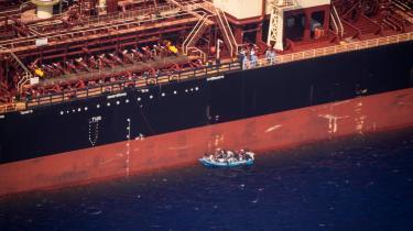 Tankskibet Maersk Etienne modtog et opkald fra den maltesiske kystredningstjeneste om en synkefærdig motorjolle og ilede til hjælp, sådan som de internationale regler om havredningstjeneste påbyder enhver søfarende. Nu er 27 afrikanske skibbrudne om bord på skibet.