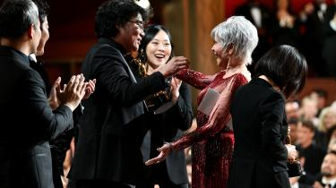 Ved oscaruddelingen i februar vandt Bong Joon Ho prisen for bedste film med 'Parasite'. Her overrækker Jane Fonda ham prisen.