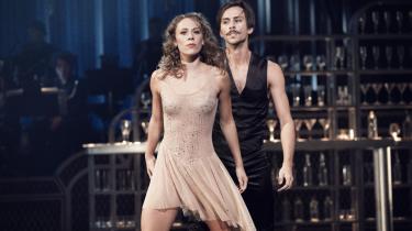 Den Kongelige Ballets dansere viser overskud og danseglæde i 'Come Fly Away', men ballettens kønsstereotyper er massive. Og nationalscenens eksperimenterende kompagni Corpus får aldrig vristet dansen fri af gulvtæppet i 'Home #1'