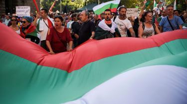 Bulgarere i titusindvis er på gaden for at protestere. Mange mener, at de andre EU-lande vender det blinde øje til den omfattende korruption i EU's fattigeste land for at fastholde stabilieteten ved at have premierminister Borissov ved magten.