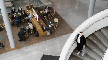 Siden 2006 er antallet af universitetsuddannede fordoblet, og det har fået eksperter til at foreslå, at 80 procent af de nyuddannede akademikere bør ansættes i det private – og især i de cirka 55.000 små og mellemstore virksomheder uden akademikere.
