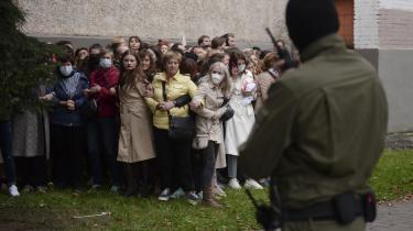 Hviderussiske, kvindelige aktivister modsstte sig politiets forsøg på at tilbageholde dem, da de samledes for at vise deres støtte til oppositionsleder Maria Kolesnikova, som blev forsøgt deporteret den 8. september.