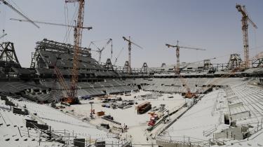 Der bygges sportsfaciliteter på livet løs i Qatar. Men i takt med at byggerierne skrider frem, slipper der også flere afsløringer ud om de slavelignende forhold, landets migrantarbejdere arbejder under.