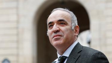 Kasparov og Carlsen havde ikke dystet mod hinanden siden 2004, hvor det lykkedes den dengang 13-årige gut fra Lommedalen uden for Oslo at holde remis mod den 27 år ældre russer.