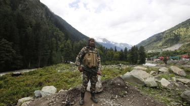 En indisk soldat holder vagt på en hovedvej til Ladakh.Det er i grænseområdet mellem Aksai Chin og Ladakh, at den militære situation er ekstremt anspændt mellem Indien og Kina.