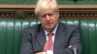 »Den britiske premierminister, Boris Johnson, er så forblændet af pokerspillet med EU, at han i sagens tjeneste truer ikke bare fundamentet for sin egen regering.« skriver Jakob Illeborg.
