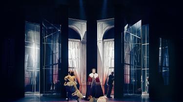Esben Smed er en forrygende Hamlet på Skuespilhuset. Men iscenesættelsen er noget udvendig.