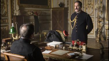 Oberst Picquart (Jean Dujardin) kommer på kollissionskurs med sine overordnede i den franske hær, da han insisterer på at efterforske sagen om den dømte forræder kaptajn Alfred Dreyfus i Roman Polanskis 'Officer og spion'.