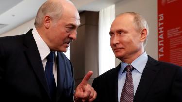 Selv om hundredtusinder af demonstranter kræver, at Hvideruslands præsident Aleksandr Lukasjenko (tv.) trækker sig, forsøger han med støtte fra Ruslands præsident, Vladimir Putin (th.), at fastholde magten. I sidste uge sagde Putin, at russerne er parate til at sende styrker til Hviderusland, hvis situationen bliver forværret.