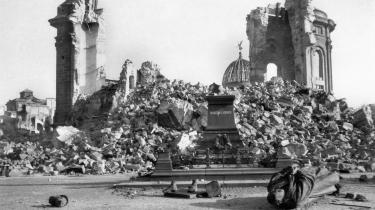 De sørgelige liv i Dresdens bomberegn får fine virkelighedsmuligheder i Afonso Cruz' roman 'Kokoschkas dukke'.