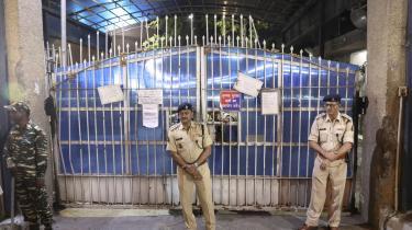 Politi står vagt ud for indgangen til Tihar-fængslet i New Delhi, Indien, 20. marts 2020, hvor fire mænd samme dag blev hængt efter at være dømt til døden for gruppevoldtægt og mord på en kvinde på en bus i New Delhi i 2012. Den medieomtalte sag vakte en bred folkelig vrede og satte for første gang et større offentligt fokus på omfanget af seksuel vold mod kvinder i Indien.