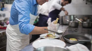 I Netflix' 'Chef's Table' præsenteres den nære og den eksotiske natur, mesterkokkenes bevingede ord og verdens bedste mad i knivskarp slowmotion. Intet kunne være mere beroligende, skriver kulturjournalist Magnus Sabroe Bjernemose i vores serie om trygheds-tv til uoverskuelige tider